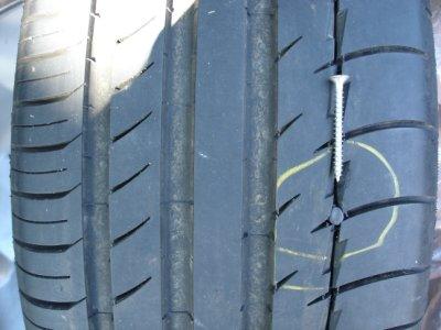 Reifen durch eingefahrene Schraube beschädigt.