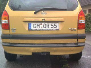 Heck eines maisgelben Opel Zafira A.